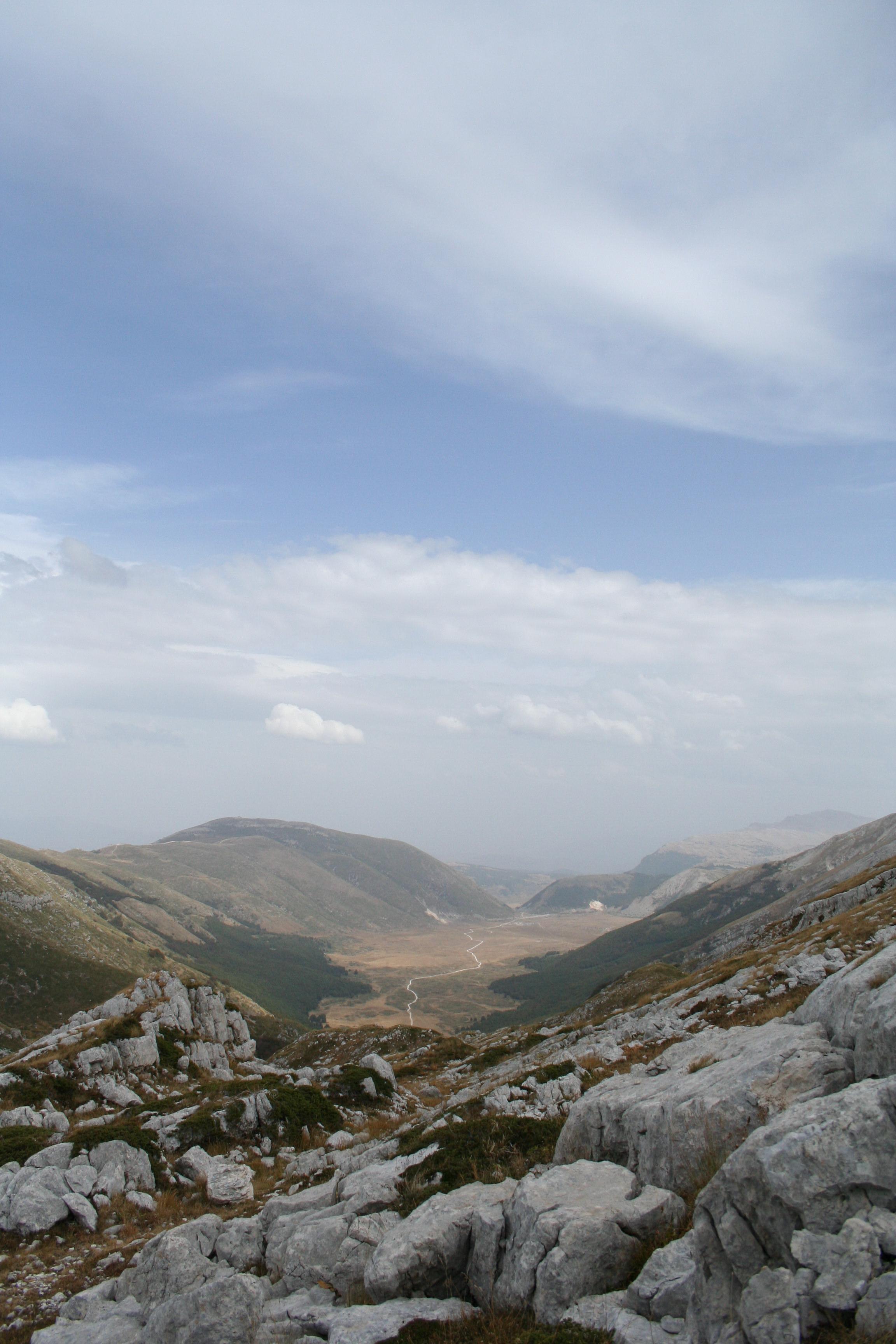 Panorama verso i piani di pezza dal rifugio sebastiani for Piani di montagna moderni