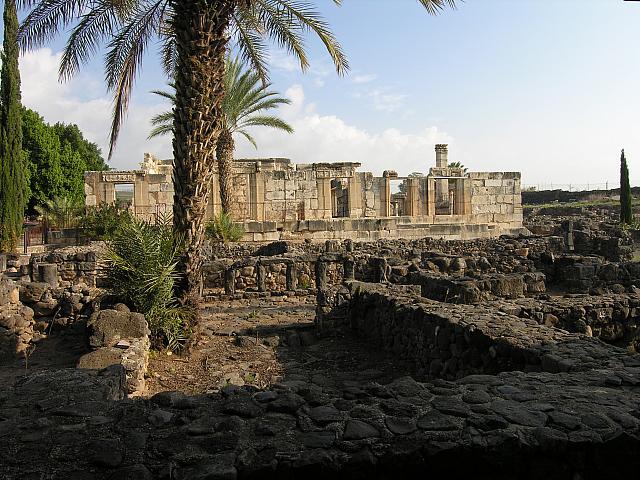 """Cafarnao: il quartiere abitativo e, sullo sfondo, la Sinagoga """"bianca"""""""