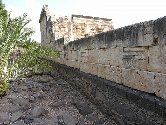 """Cafarnao: il fianco sinistro della Sinagoga """"bianca"""" nel quale è possibile sgorgere le diverse stratificazioni dell'e"""