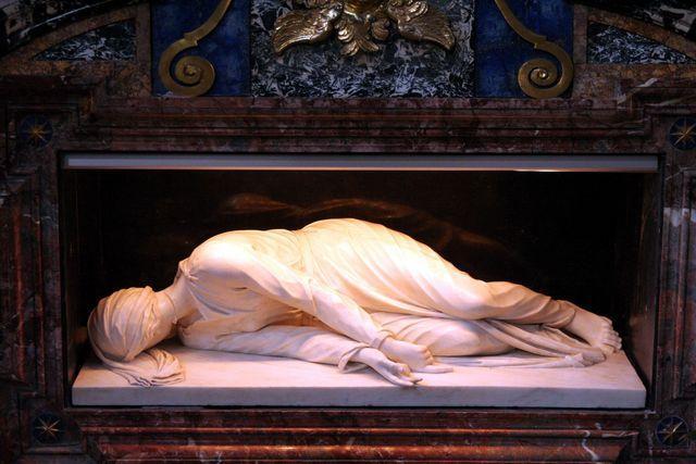 Santa Cecilia in Trastevere: statua di Santa Cecilia di Stefano Maderno (sul sito 65 foto della Basilica, interno,  statue, monumenti, icone...) dans immagini sacre