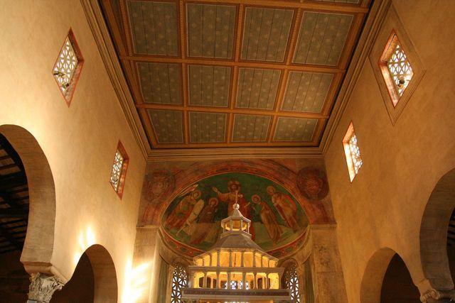 San Giorgio al Velabro: soffitto che evidenzia lirregolarità della piant...